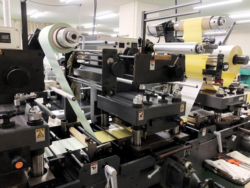 両面テープと印刷物の貼り合わせ加工